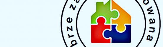 ilustracja przedstawia logotyp składający się z domku zbudowanego z czterech różnokolorowych puzzli oraz okalający go napis: dobrze zaprojektowana szkoła.